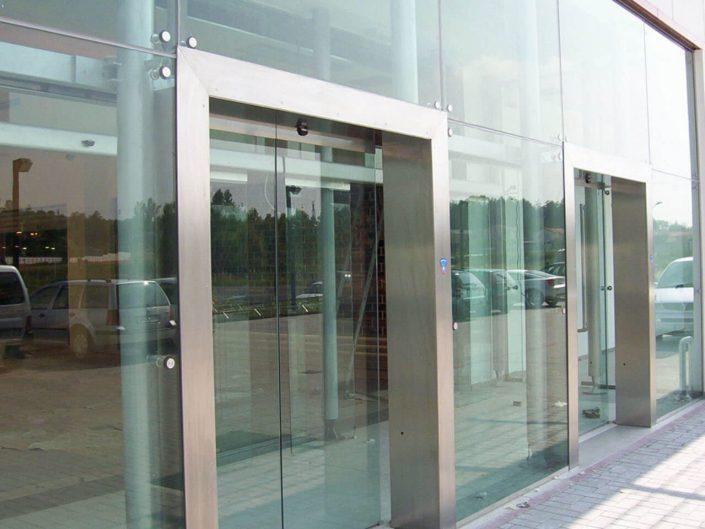 Rivestimento parete puntuale in vetro stratificato