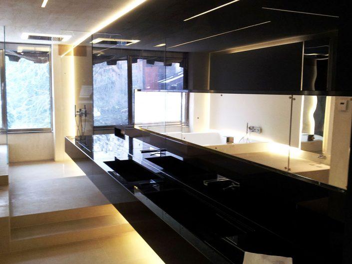 rivestimento parete bagno con lacobel nero