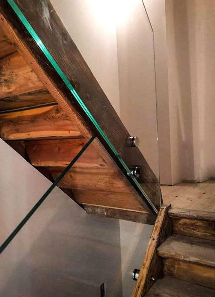 parapetto scala con borchie di fissaggio in acciaio satinato