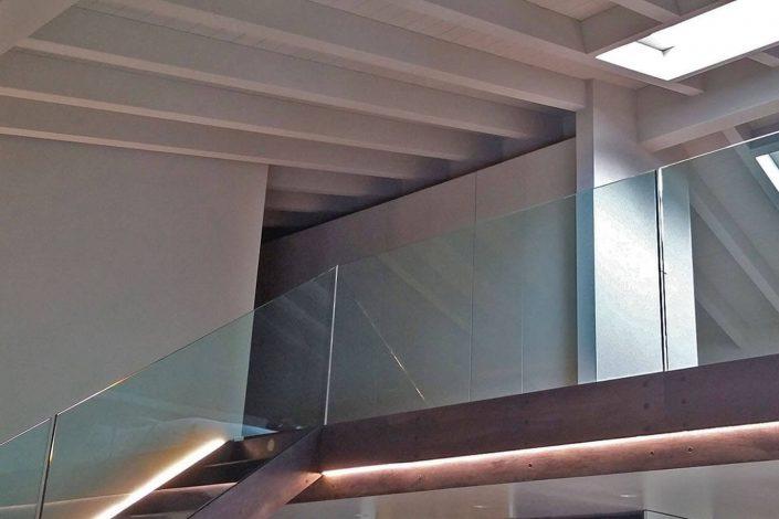 Parapetto soppalco in vetro stratificato molato a filo lucido temperato