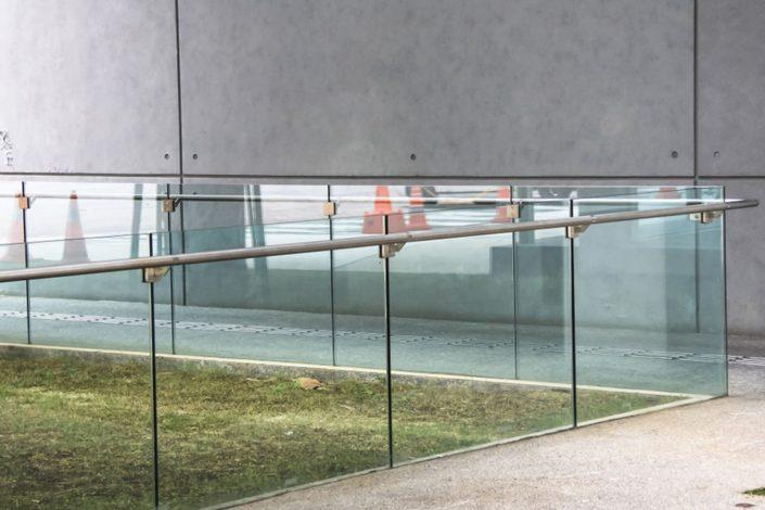vetro multistrato temperato stratificato con PVB + inserimento parti metalliche