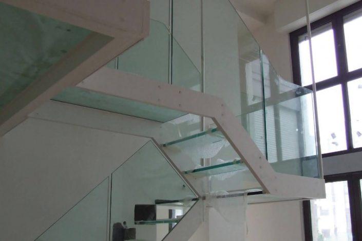 Scala autoportante progetto vetro strutturale con ancoraggio strutturale