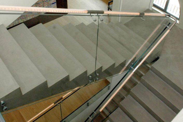 parapetti fissati a scala in vetro stratificato