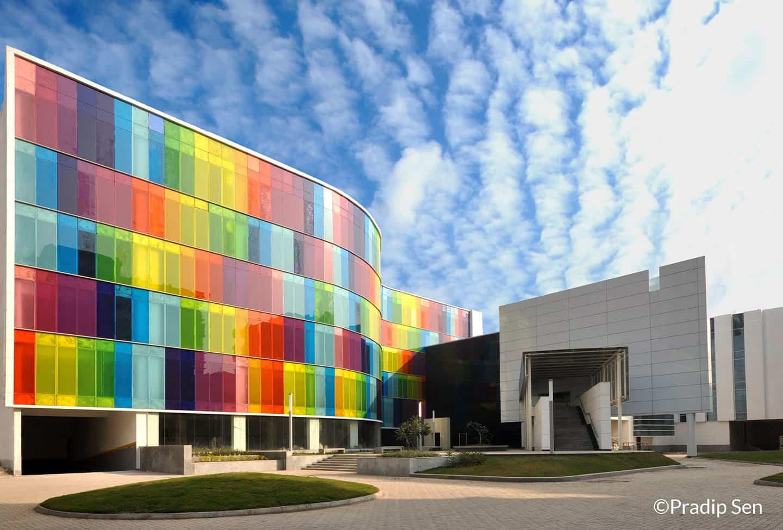 palazzo con vetrate colorate
